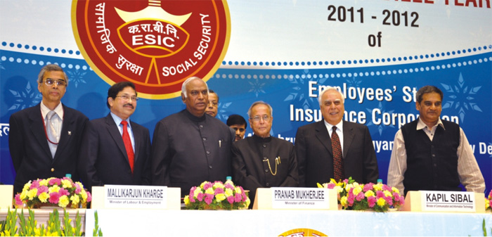 Dr. C.S. Kedar, Dr. Mrutyunjay Sarangi, Shri Mallikarjun Kharge, Shri Pranab Mukherjee, Shri Kapil Sibal and another dignitary (from left to right) on the dais.