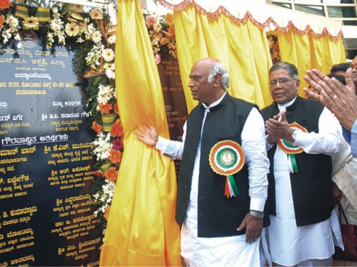 Shri Mallikarjun Kharge, Hon'ble Union Minister of Labour and Employment, unveiling the plaque of ESIC Hospital, Peenya.