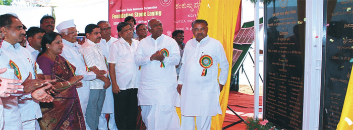 Shri Mallikarjun Kharge, Hon'ble Union Minister of Labour and Employment, unveiling the plaque of ESIC Hospital, Hubli.